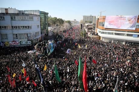 Confusão em funeral de Soleimani deixa pelo menos 30 mortos